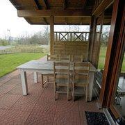 Die Veranda des FeHa mit Gartenmöbeln