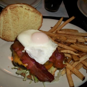 Rockwood Tap House - Downers Grove, IL, États-Unis. I think this is the Rockwood burger-- 3 slices of cheese, 3 slices bacon, 1 egg.