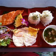 Barefoot Beach Cafe - Japanese breakfast.  Salmon, rice, miso soup, eggs, and salad.  All for $11.  The salmon was perfectly cooked. - Honolulu, HI, Vereinigte Staaten