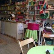 Ein Tisch und die bunten Regale im Café…