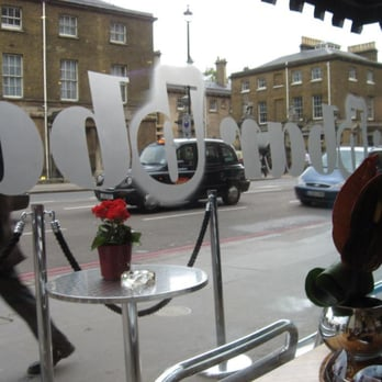 B Bar - View from window seat - cross corner view of Buckingham Palace service entrance. - London, Vereinigtes Königreich
