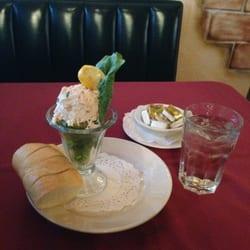 Mucky Duck Restaurant & Catering - Crab Stuffed Avocado - Green Mountain Falls, CO, Vereinigte Staaten