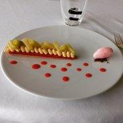 Le Saint James - Bouliac, Gironde, France. Dessert : sable breton fraises rhubarbe !