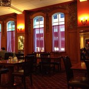 Hotel Diamond - Chico, CA, États-Unis. Great ambience and old fashioned architecture. Stained glad windows and brick walls