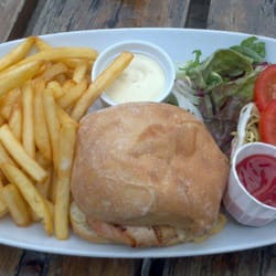 Chicken burger 'n chips chez Old Station…