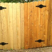Flash Fence - Austin, TX, États-Unis. Rt side stained. Left side (neighbor) clear coat. I am glad I picked the Stain