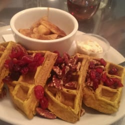 Penelope - New York, NY, États-Unis. Pumpkin waffles topped with cranberries, walnuts and a side of cinnamon apples!