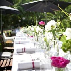 eine sommerliche Tischdekoration mit…