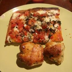 Slices of Saugerties - Grandma slice and delicious garlic knots!  Yum! - Saugerties, NY, Vereinigte Staaten