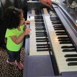 Victoria's Last Resort - Justin gave Zoe some organ lessons - Cambria, CA, Vereinigte Staaten
