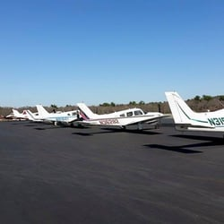 Beverly Flight Center - Danvers, MA, États-Unis. A large, well maintained fleet of aircraft operated by Beverly Flight Center.