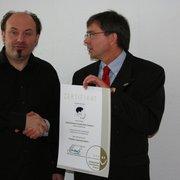 Bernd Hoffmann bekommt die Urkunde zum…