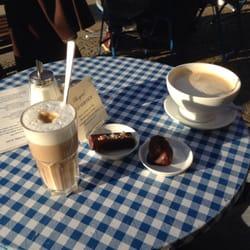Eine Latte und ein Milchkaffee nebst…