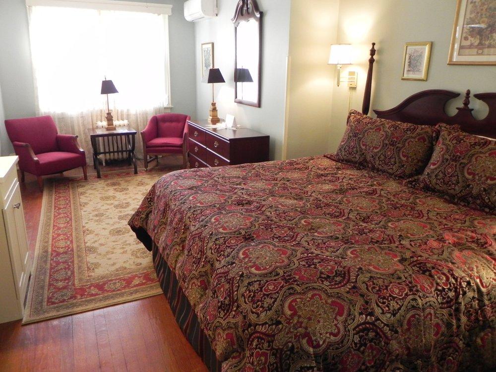 The Vine Cottage Inn: 7402 Sam Snead Hwy, Hot Springs, VA