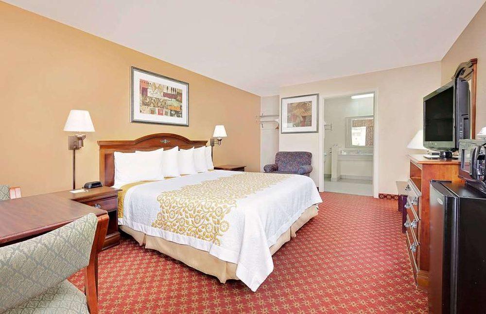 Days Inn by Wyndham Paris: 2650 North Main Street, Paris, TX