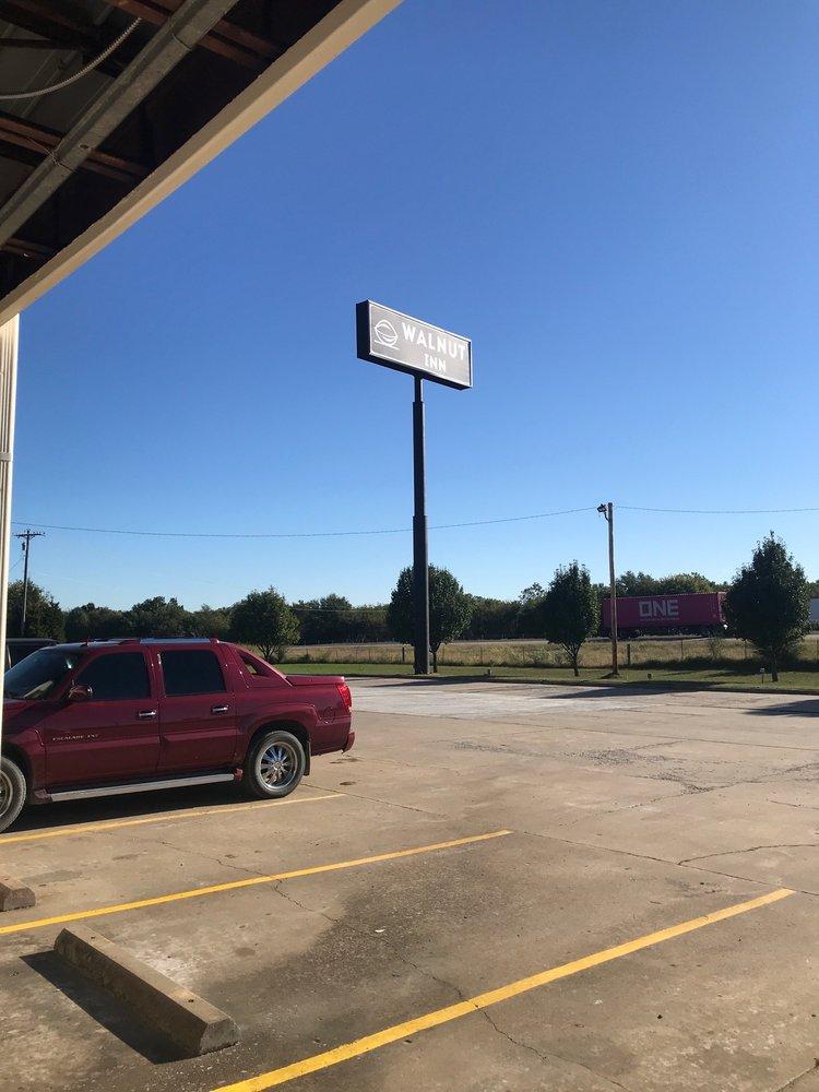 Walnut Inn: 1212 W Gentry Ave, Checotah, OK