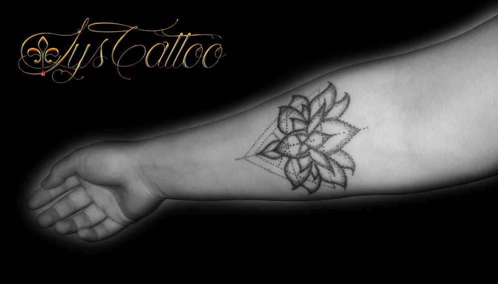 Tatouage Avant Bras Femme Fleur De Lotus Et Triangles Melange