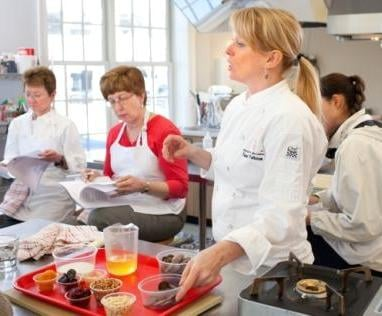 Chef sandy patterson teaches culinary skills lab to for Academie de cuisine