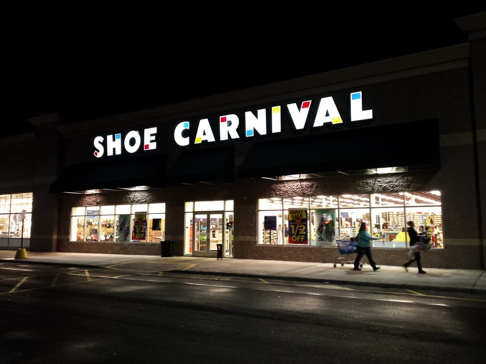 Shoe Carnival Inc.'s first-quarter profit rose as the footwear retailer reported higher sales, leading it to raise the low-end of its earnings projections for the year.
