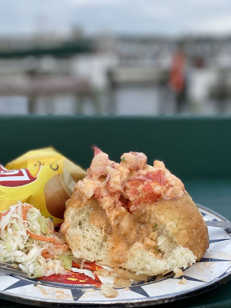 Ford's Lobsters: 15 Riverview Ave, Noank, CT