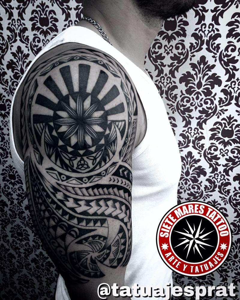 Tatuaje maori por Camilo prat local de tatuajes en Santiago siete