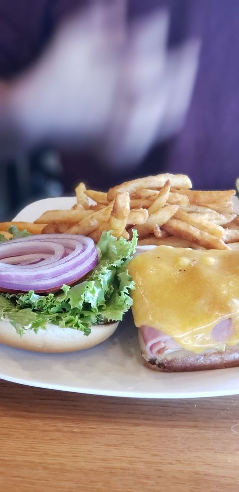 Prime Time Restaurant & Sports Bar: 4450 Pacific Ave, Forest Grove, OR