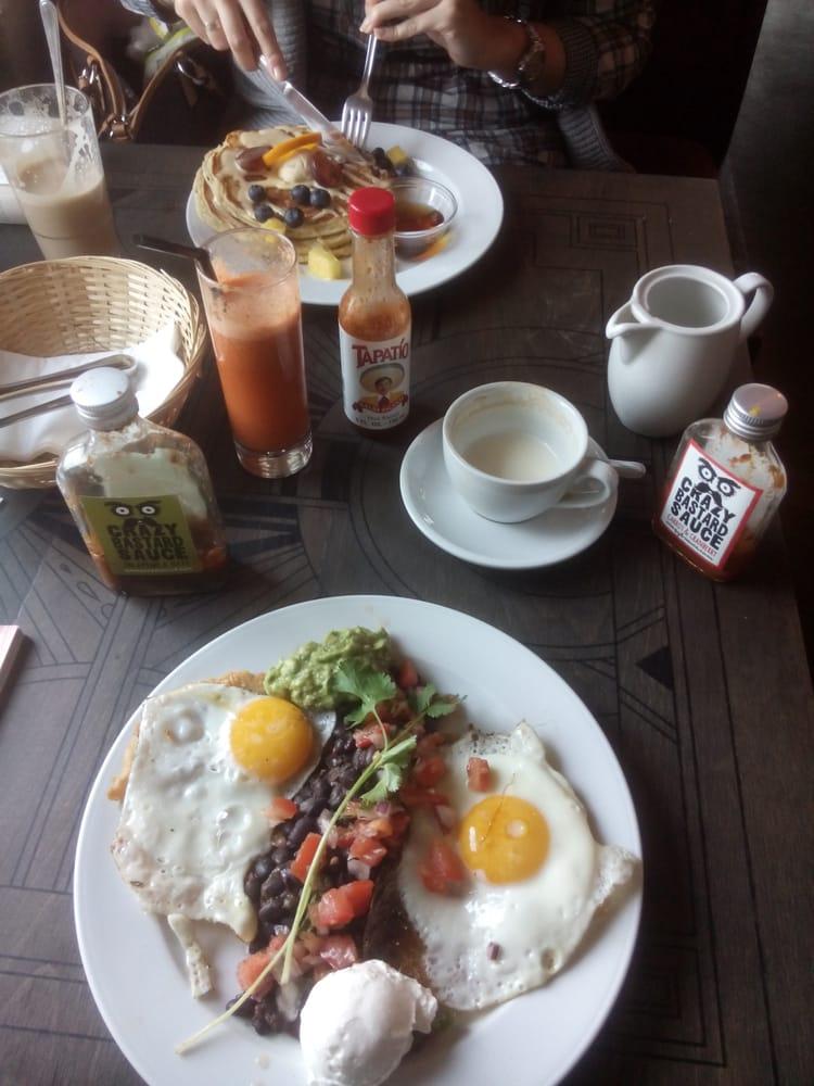 huevos rancheros und pancakes dazu kaffee und ein frisch gepresster classic apfel karotte. Black Bedroom Furniture Sets. Home Design Ideas