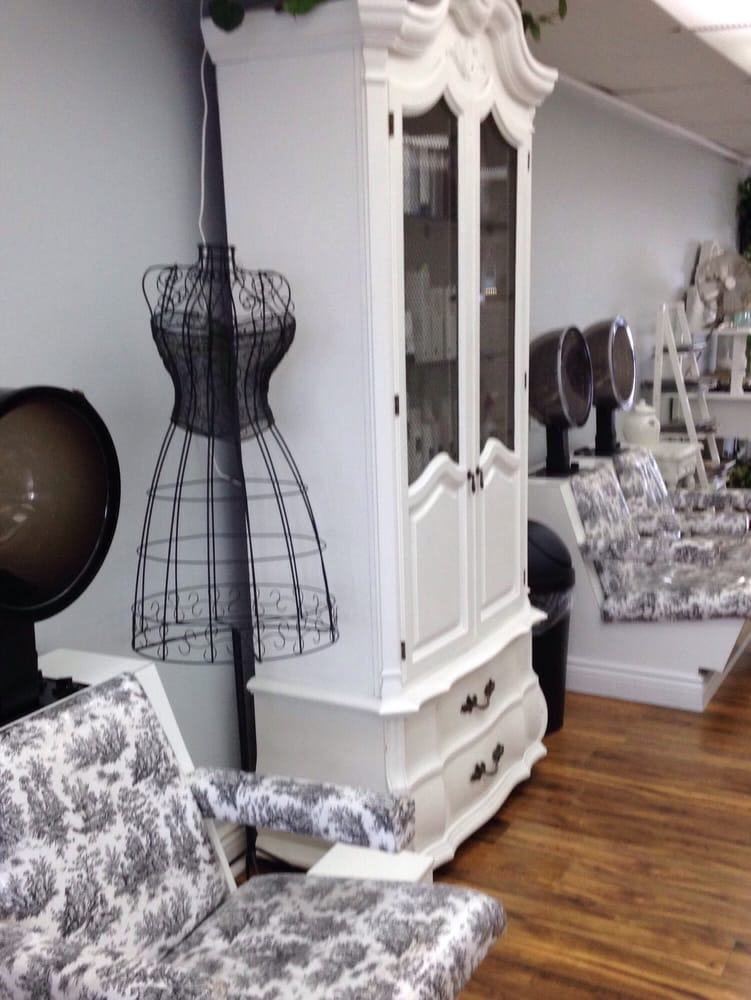 A clean french shabby chic salon with a warm welcome and for Salon shabby chic