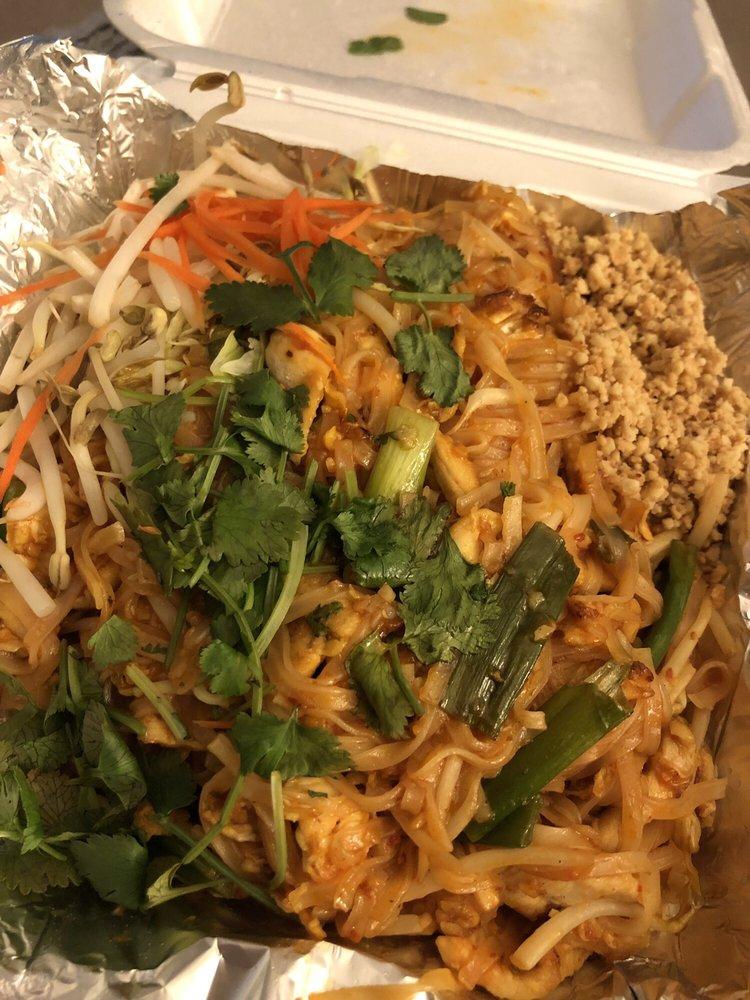 Naung Mai Thai Kitchen: 270 SE Cabot Dr, Oak Harbor, WA