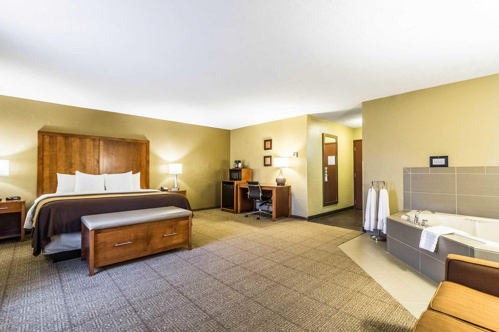 Comfort Inn: 2024 SR 39 NW, Dover, OH