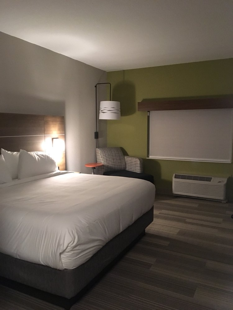 Holiday Inn Express & Suites St. Petersburg - Madeira Beach: 4816 100th Way N, Saint Petersburg, FL