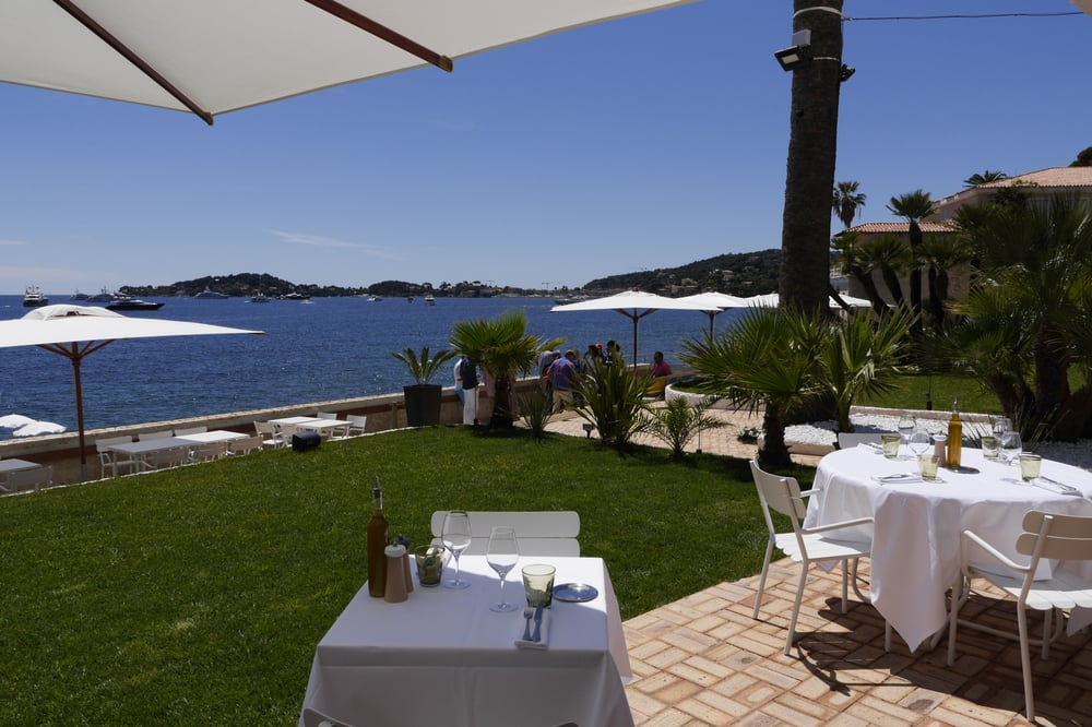 terrasse du berlugan la plage beaulieu sur mer restaurant de type m diterran en avec. Black Bedroom Furniture Sets. Home Design Ideas