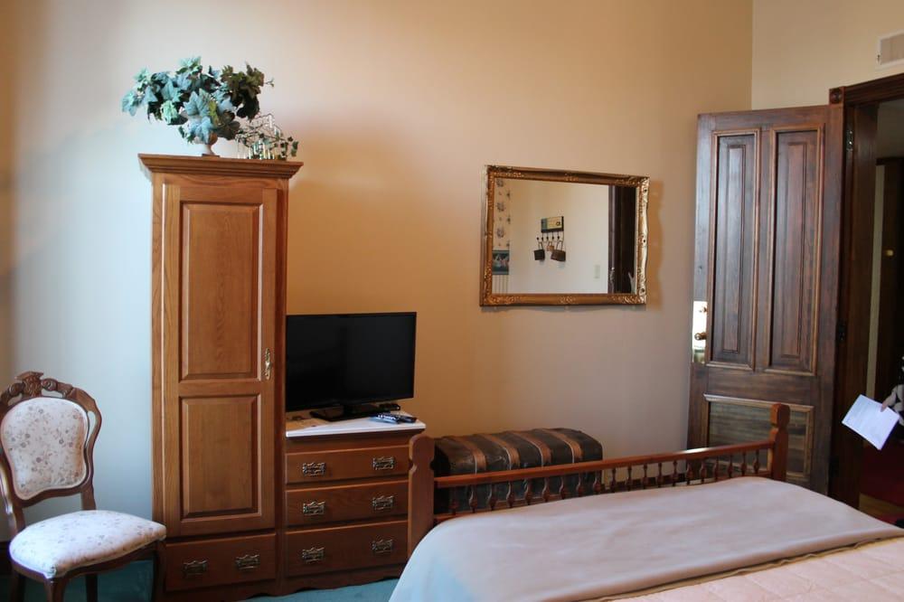 Decker Hotel & Restaurant: 128 N Main St, Maquoketa, IA