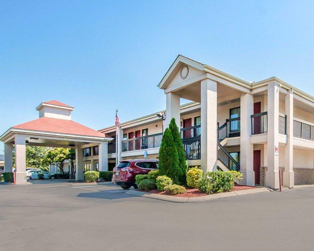 Econo Lodge Inn & Suites: 110 N Thompson Ln, Murfreesboro, TN
