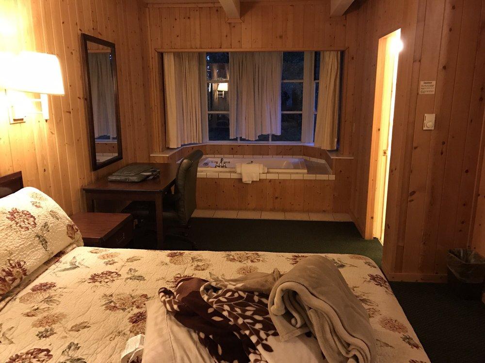 Pine Beach Inn & Suites: 16801 N Hwy 1, Fort Bragg, CA