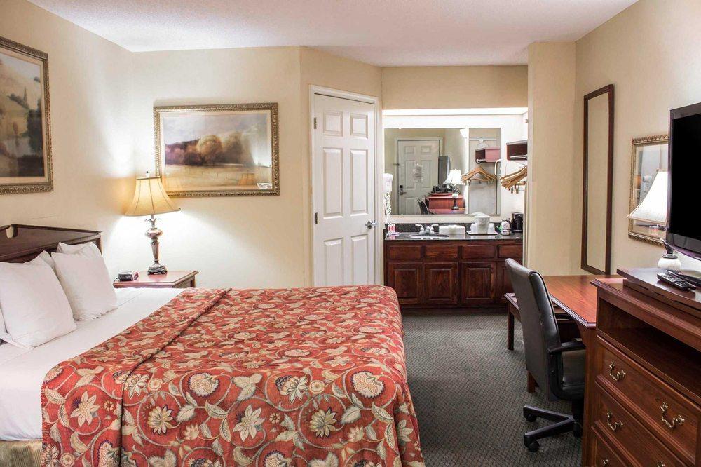 Econo Lodge: 920 Cross Winds St, Greenville, NC