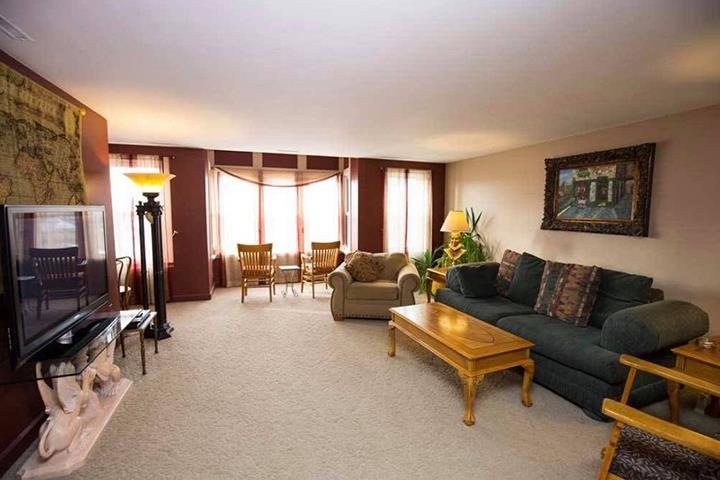 Dodici Night Suites: 120/122 S Iowa Ave, Washington, IA