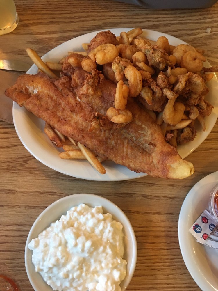 Warren's Waterfront Restaurant: 96 Main St, Bucksport, ME