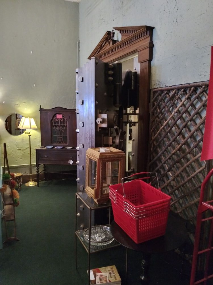 Old Bank Antiques and Uniques: 109 S Main St, Kirklin, IN