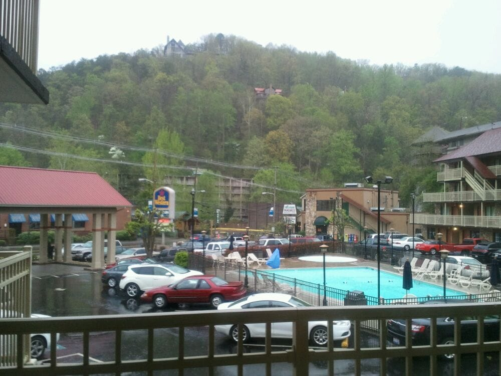 Best western crossroads motor lodge hotel 440 pkwy for Motor lodge gatlinburg tn