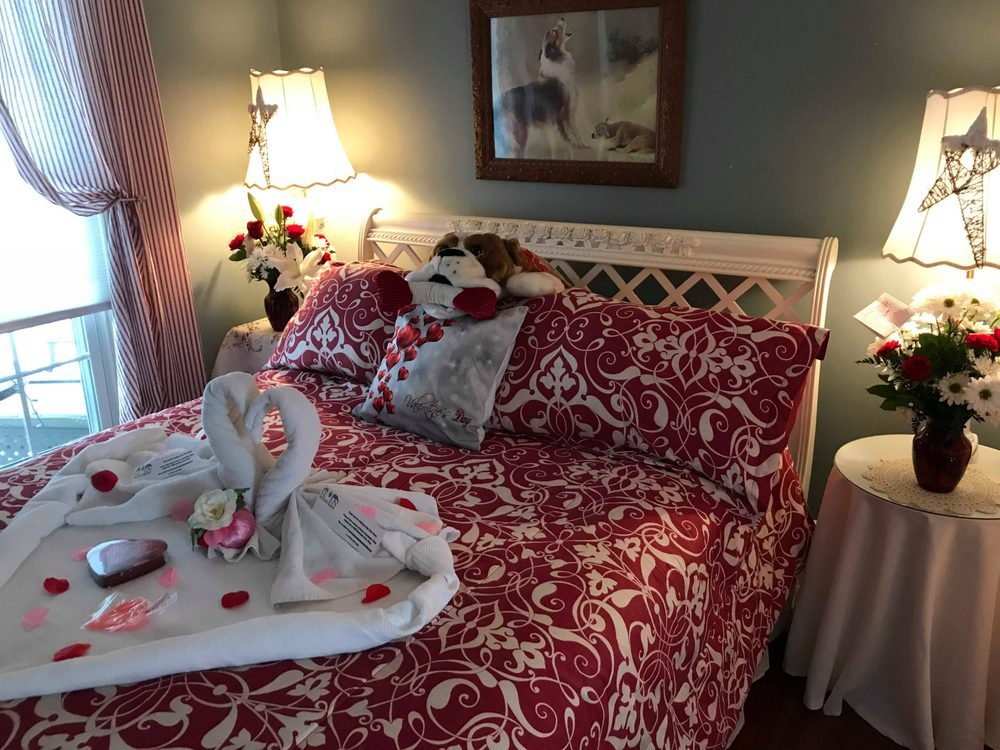 The Briar Rose Bed and Breakfast: 170 N Main St, Reedsville, PA
