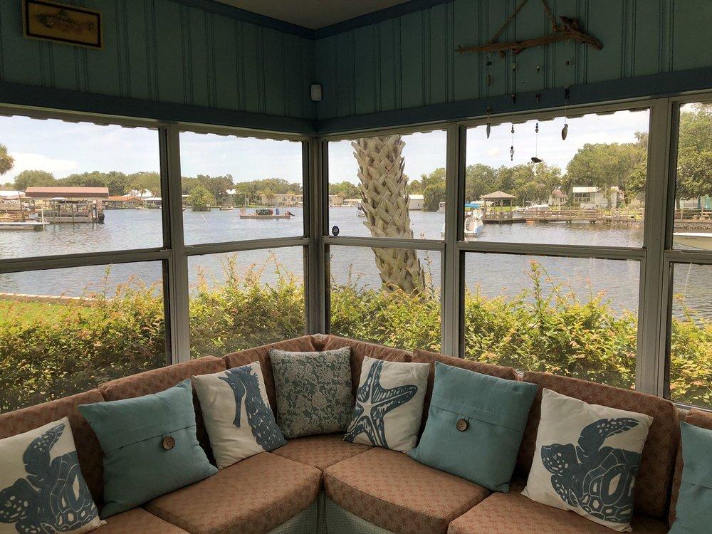 Crystal Blue Lagoon Bed & Breakfast: 244 NE 2nd Ct, Crystal River, FL