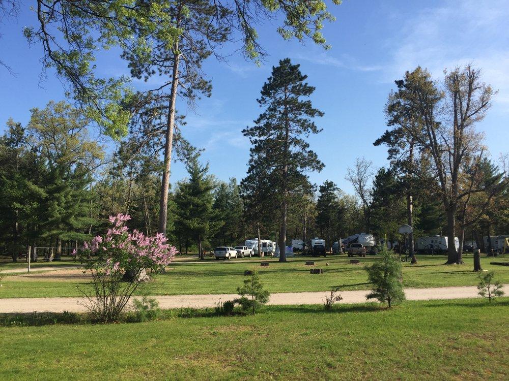 Twin Oaks Campground & Cabins: 233 Moss Rd, Wellston, MI