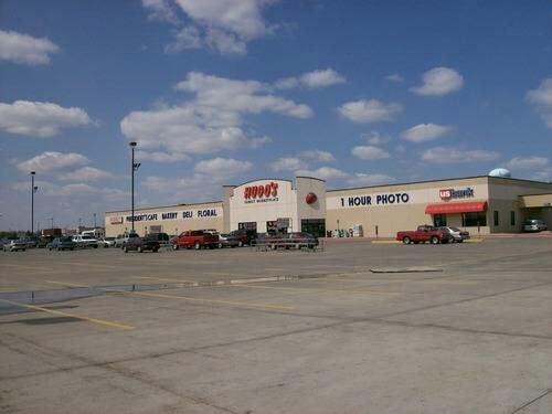 Hugo's Family Marketplace: 306 14th St NE, East Grand Forks, MN
