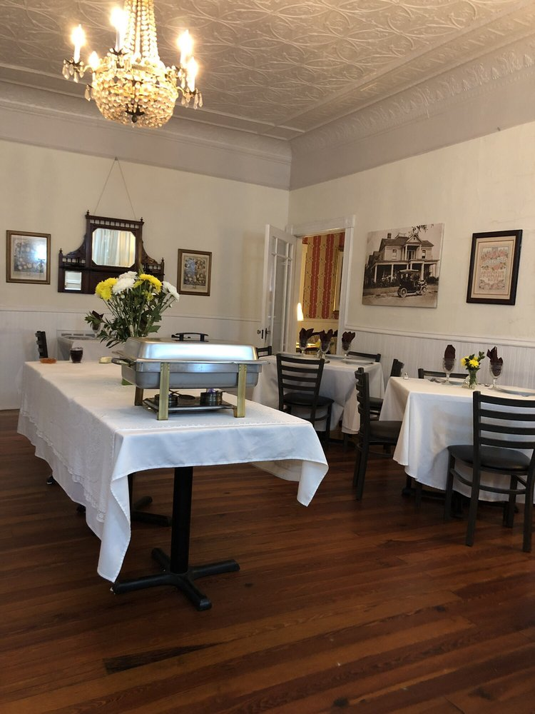 The Veranda Historic Bed & Breakfast Inn: 252 Seavy St, Senoia, GA