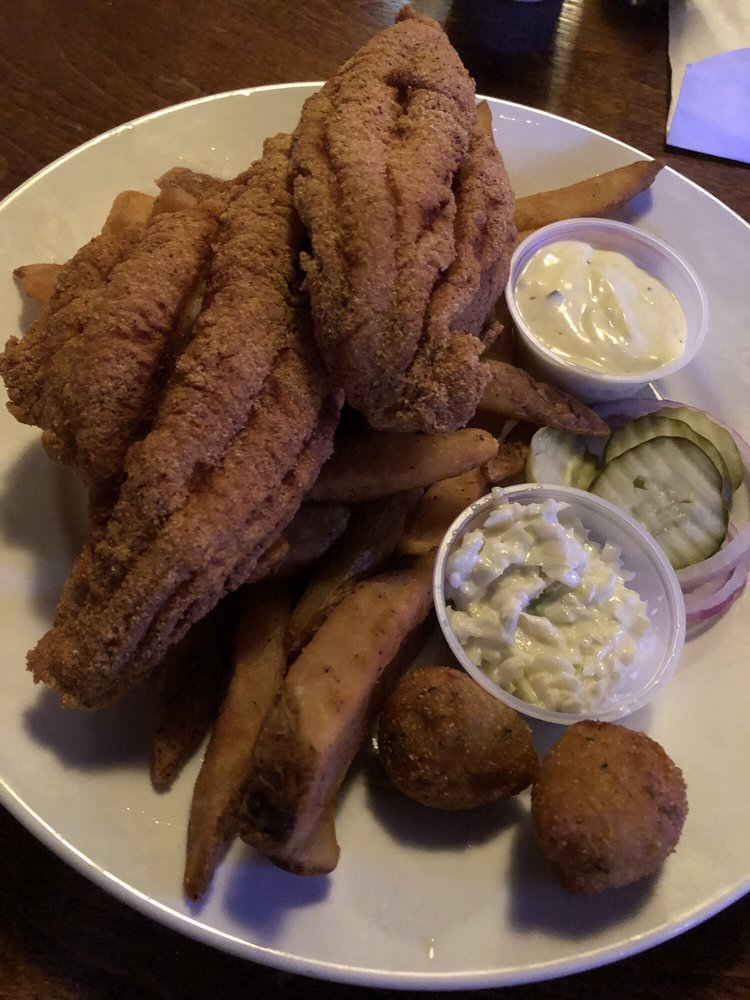 Windy City Grille: 217 N Main St, Como, MS