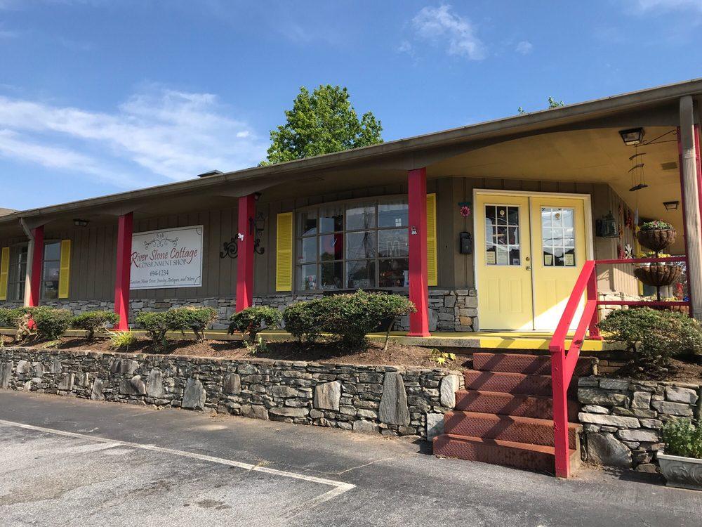 riverstone cottage: 636 Greenville Hwy, Hendersonville, NC