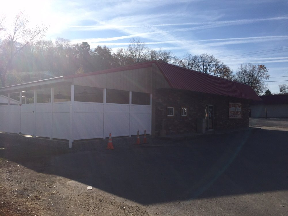 Hometown Pizzeria: 101 Crim Ave, Belington, WV