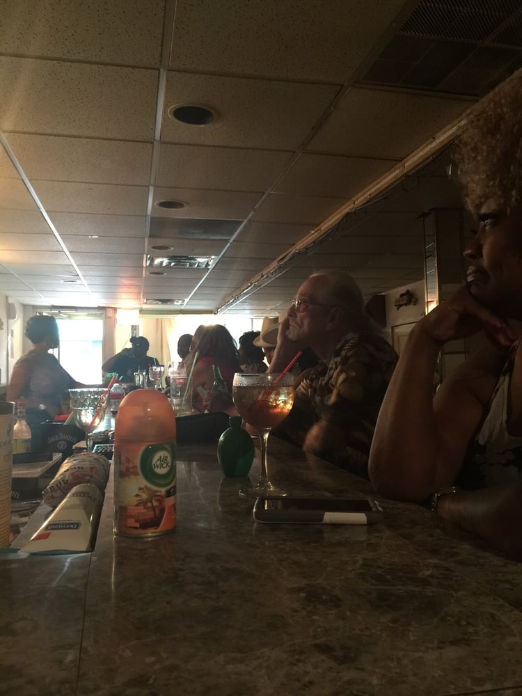 Willies Hideway Lounge: 3659 S Indiana Ave, Chicago, IL