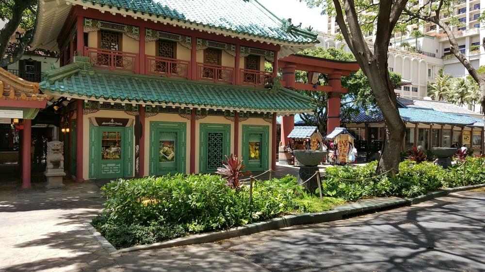 Hilton Hawaiian Village Waikiki Beach Photo Gallery: Rainbow Bazaar. Lots Of Shops And Food Places